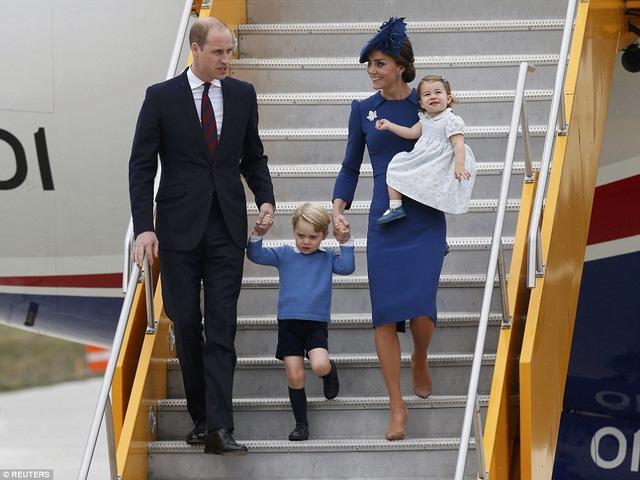 Tuy nhiên, đây là lần đầu tiên Công tước và Công nương xứ Cambridge đưa hai con, hoàng tử George - 3 tuổi và công chúa Charlotte - 16 tháng đi cùng trong chuyến công du nước ngoài. (Ảnh: Reuters)