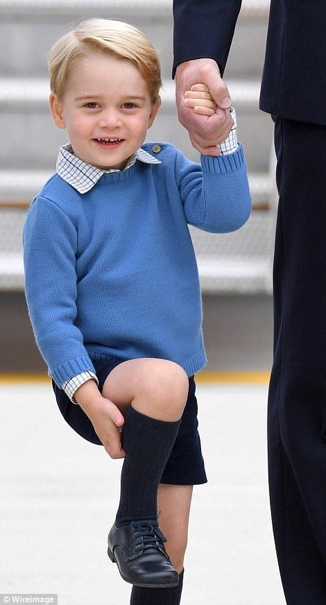 Đây cũng là lần đầu tiên công chúa Charlotte ra nước ngoài cùng cha mẹ và anh trai. Trong khi đó, hoàng tử George đã từng xuất ngoại 2 lần tới Australia và New Zealand. (Ảnh: WireImage)