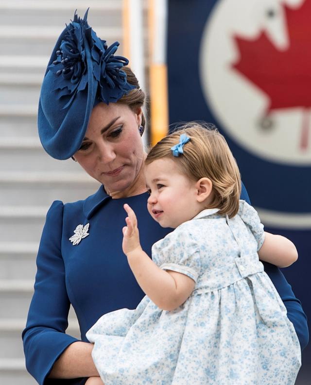 Được mẹ động viên, công chúa nhỏ vẫy tay chào mọi người tại sân bay (Ảnh: DM)