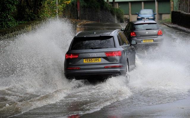 Mùa mưa với những con phố ngập nước tiềm ẩn nguy cơ rất lớn với chiếc xe của bạn.