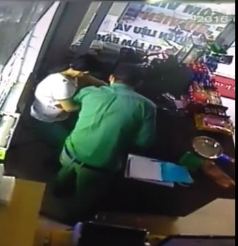 Clip: Nhiều chủ cửa hàng ở Hội An bị người nước ngoài thôi miên trộm hàng chục triệu đồng?! - Ảnh 3.