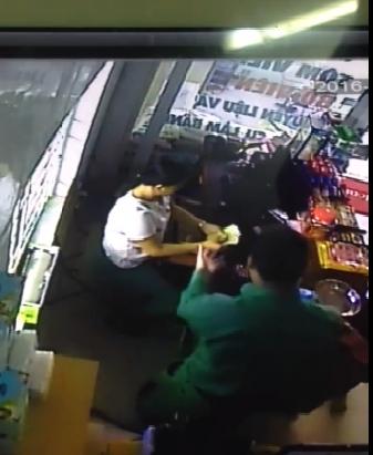 Clip: Nhiều chủ cửa hàng ở Hội An bị người nước ngoài thôi miên trộm hàng chục triệu đồng?! - Ảnh 4.
