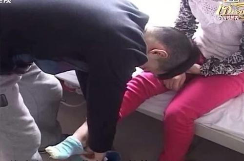 Clip lấy nước mắt: cô gái mắc bệnh hiểm nghèo muốn tìm... bạn gái cho chồng