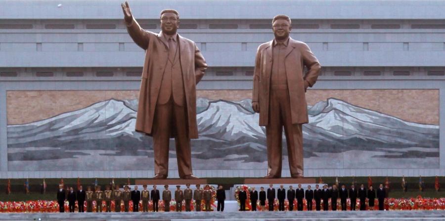 Triều Tiên yêu cầu lái xe 5km/h khi đi qua tượng lãnh đạo - 1