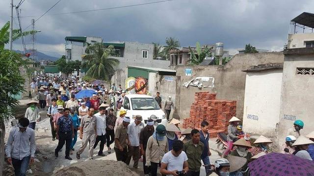 Người thân và đại diện chính quyền cùng đông đảo người dân địa phương đến chia buồn và cùng đưa tiễn 4 nạn nhân về nghĩa trang Phương Nam - Ảnh: H.S