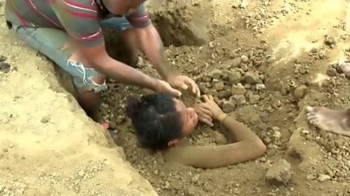 Chôn thiếu nữ trong đất để chữa đau lưng do sét đánh - ảnh 3
