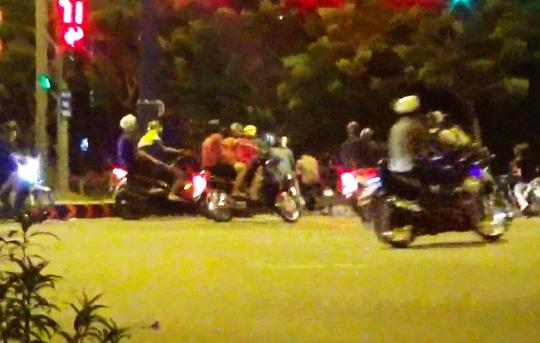 Sáng 25-9 có trên 100 xế cọp tụ họp dưới chân cầu Nguyễn Văn Cừ (đoạn giáp ranh quận 1 và quận 5, TP HCM) để tổ chức đi bão