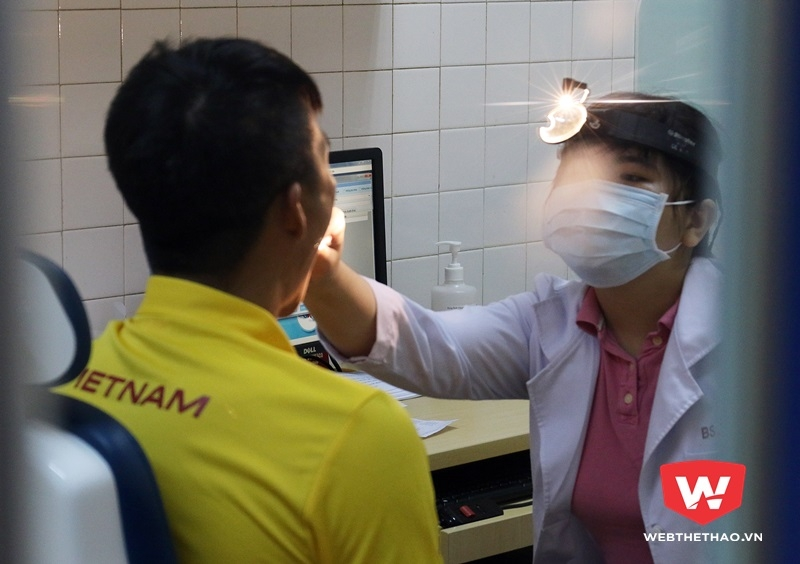 Bác sỹ khám cho Công Vinh ở phòng tai mũi họng. Ảnh Văn Nhân