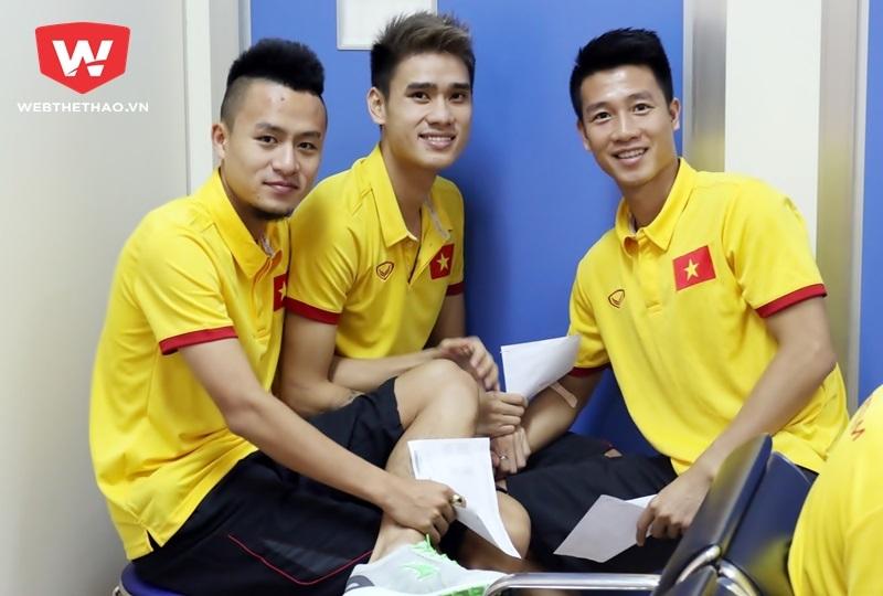 Trong lúc chờ đợi, ba hot boy Huy Toàn - Tiến Thành - Huy Hùng làm một kiểu ảnh. Ảnh Văn Nhân