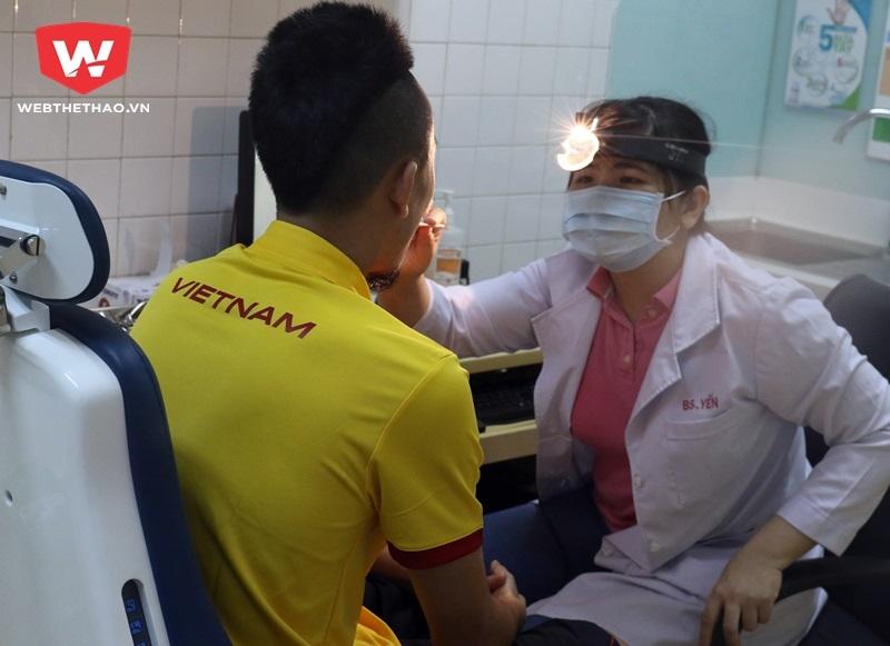 Bác sỹ khám cho Huy Toàn. Ảnh Văn Nhân