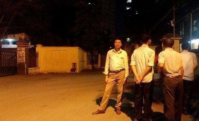 Người nhà bà Sâm tập trung tại Cổng bệnh viện Quân y 103 tối qua (25/9).