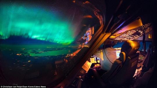 Bức ảnh tuyệt đẹp với cực quang trên không trung và thiên hà kéo dài vô tận trên bầu trời Canada.