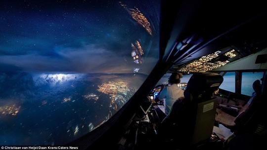 Bức ảnh ấn tượng này được Van Heijst và đồng nghiệp Luca chụp trên bầu trời TP Toronto, Canada hồi tháng 7-2016 khi đang bay từ Chicago đến Amsterdam. Cơn bão lớn cùng với cực quang khiến người bị choáng ngợp.