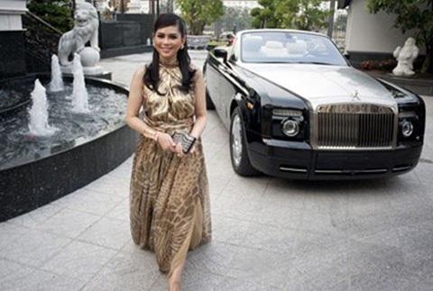 Bà Thủy Tiên cùng chiếc Rolls-Royce tại biệt thự của mình. Ảnh: Internet
