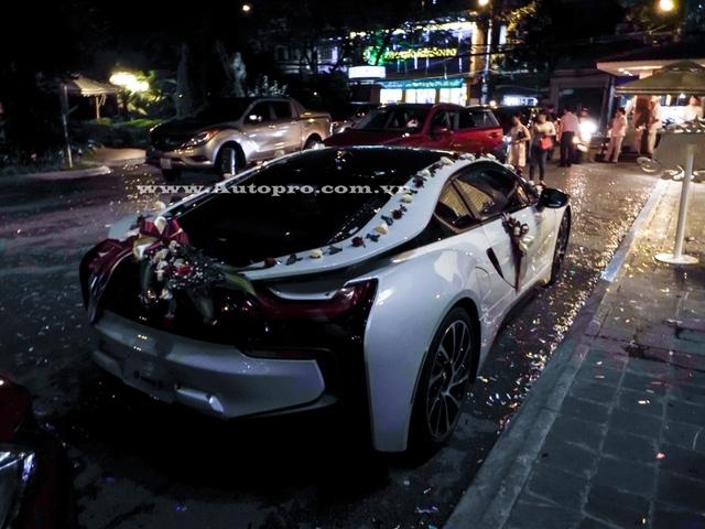 Với mô-tơ điện, siêu xe thể thao nhà BMW có thể hoàn thành quãng đường dài 35 km và đạt vận tốc tối đa 120 km/h. Theo BMW, thời gian để nạp đầy cụm pin lithium-ion trên i8 rơi vào khoảng 3 tiếng đối với nguồn điện thông thường. Nếu sử dụng sạc nhanh BMW I Wallbox , thời gian nạp điện cho pin của i8 giảm xuống chỉ còn 2 tiếng đồng hồ.