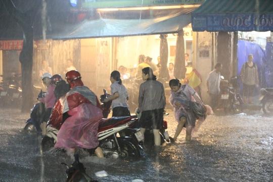 Nhiều phương tiện lưu thông đường Trần Nhân Tôn bị chết máy - Ảnh: LÊ PHONG