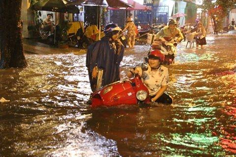 Một người phụ nữ té ngã do nước ngập. Ảnh chụp trên đường Trần Nhân Tôn.