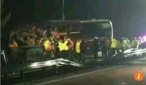 Xe bus đâm xe tải trên cao tốc, 12 người chết thảm - ảnh 1