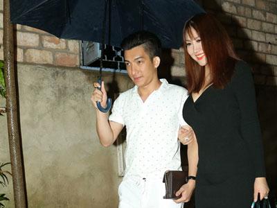 Vợ chồng Lê Thị Phương, Phi Thanh Vân đội mưa đi tiệc