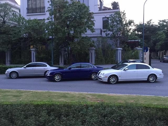 Jaguar S-Type được sản xuất từ 1999 đến 2002 sử dụng hệ dẫn động cầu sau đi kèm hộp số sàn 5 cấp hoặc tự động. Từ đời 2003, Jaguar S-Type dùng số sàn 5 cấp hoặc tự động 6 cấp J-Gate. Sang đến đời 2004, bản máy dầu trang bị thêm hộp số sàn 6 cấp hoặc tùy chọn 6 cấp tự động J-Gate.