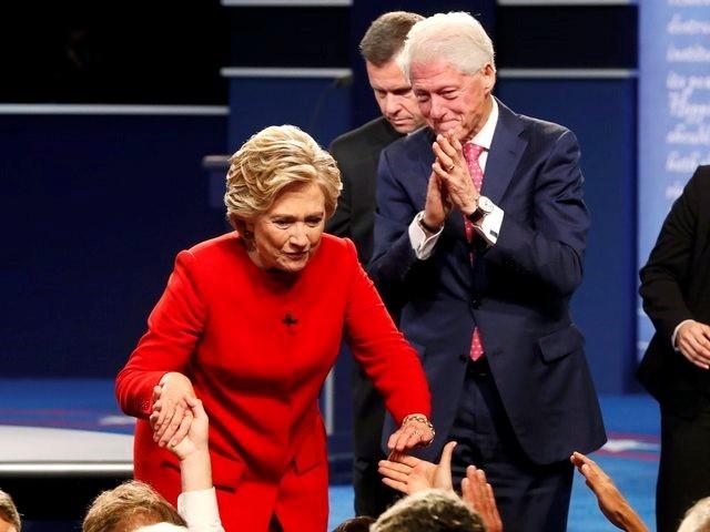 Clinton boc me Trump sau khi bi che ve suc khoe hinh anh 22