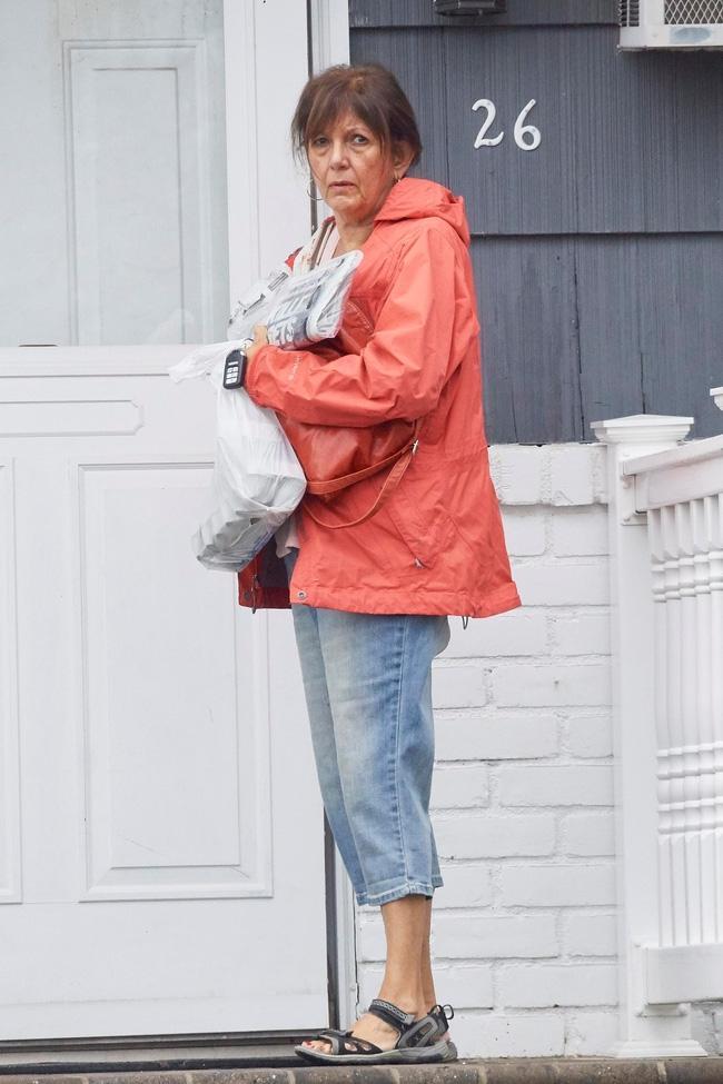 Cụ bà đồng nát không hay biết xác con trai nằm trong nhà suốt 20 năm vì quá nhiều rác - Ảnh 2.