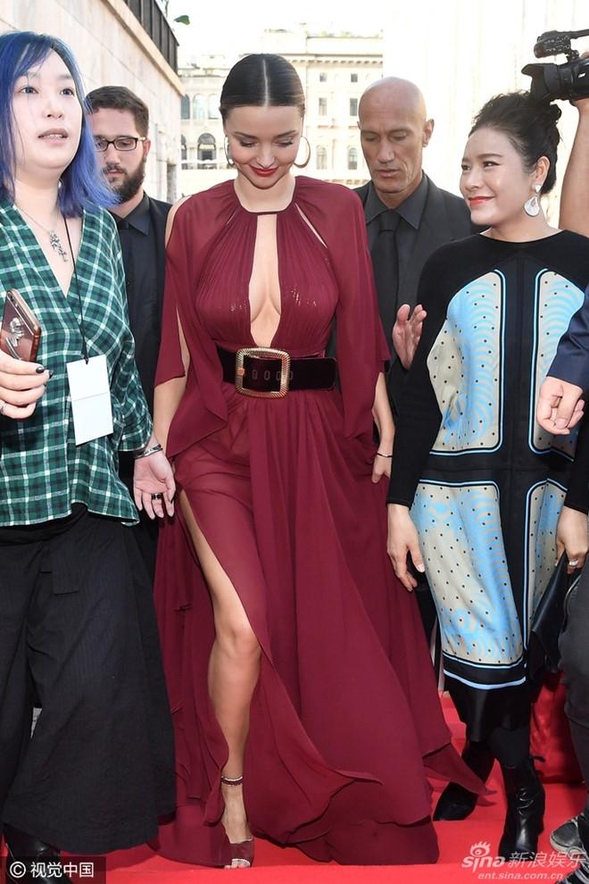 Miranda Kerr dien vay xe sau goi cam tren tham do hinh anh 2