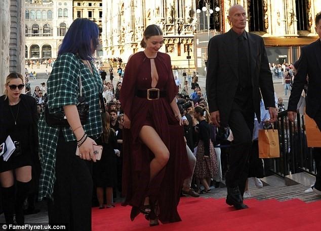 Miranda Kerr dien vay xe sau goi cam tren tham do hinh anh 5