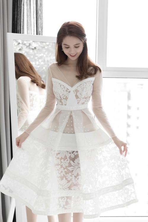 Ngọc Trinh chọn váy xuyên thấu đi Australia