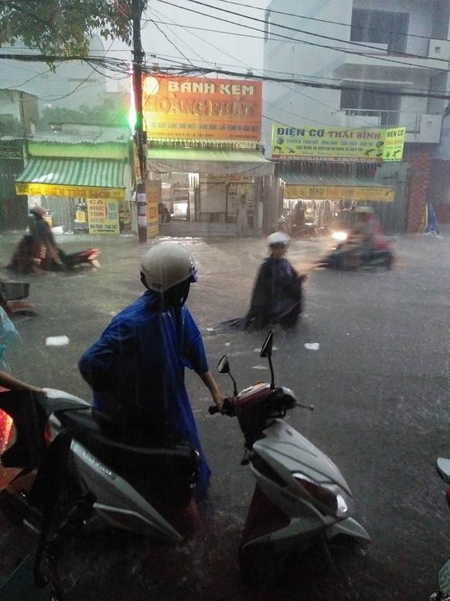 Người mẹ hớt hải lội nước ngập tìm con bị thất lạc trong trận mưa kinh hoàng ở Sài Gòn - Ảnh 3.