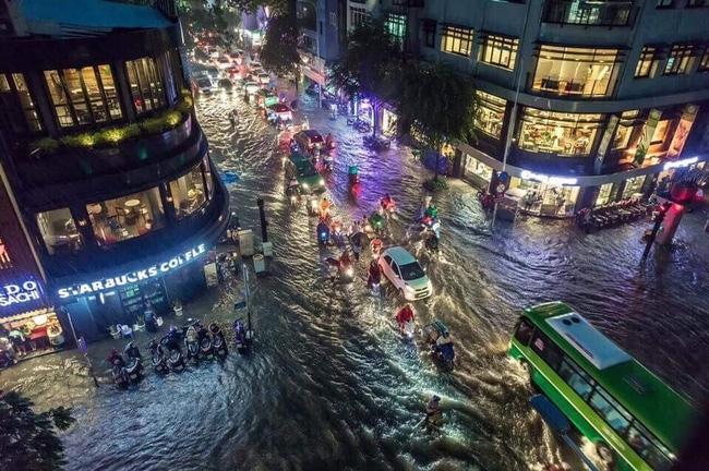 Những hình ảnh khó quên với người Sài Gòn trong trận mưa lịch sử ngày 26/9 - Ảnh 1.