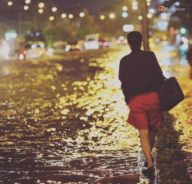 Những hình ảnh khó quên với người Sài Gòn trong trận mưa lịch sử ngày 26/9 - Ảnh 7.