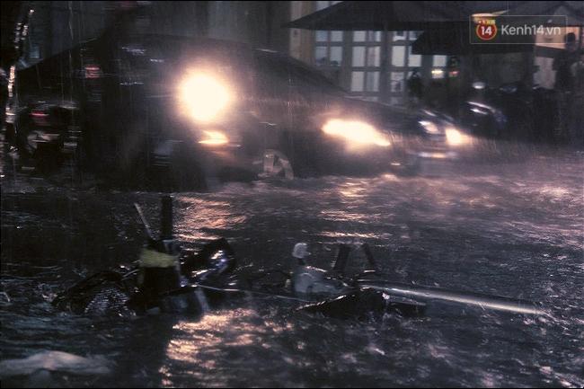 Những hình ảnh khó quên với người Sài Gòn trong trận mưa lịch sử ngày 26/9 - Ảnh 8.