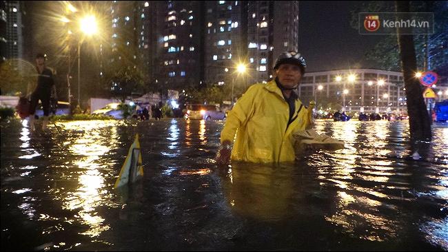 Những hình ảnh khó quên với người Sài Gòn trong trận mưa lịch sử ngày 26/9 - Ảnh 9.