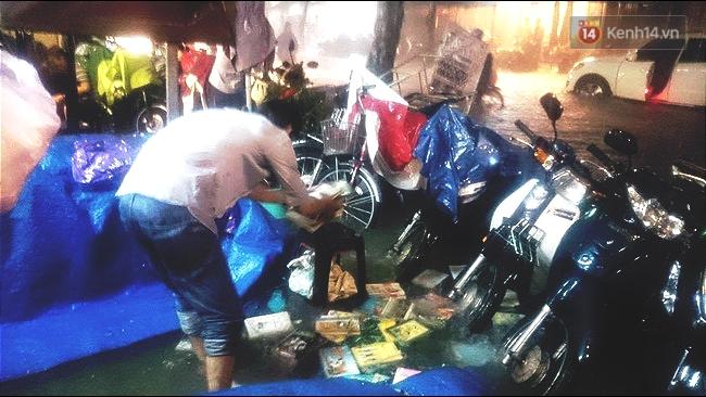 Những hình ảnh khó quên với người Sài Gòn trong trận mưa lịch sử ngày 26/9 - Ảnh 11.