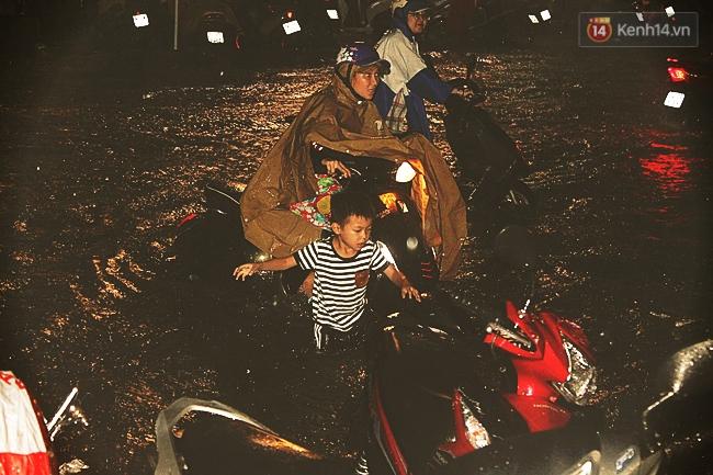 Những hình ảnh khó quên với người Sài Gòn trong trận mưa lịch sử ngày 26/9 - Ảnh 13.