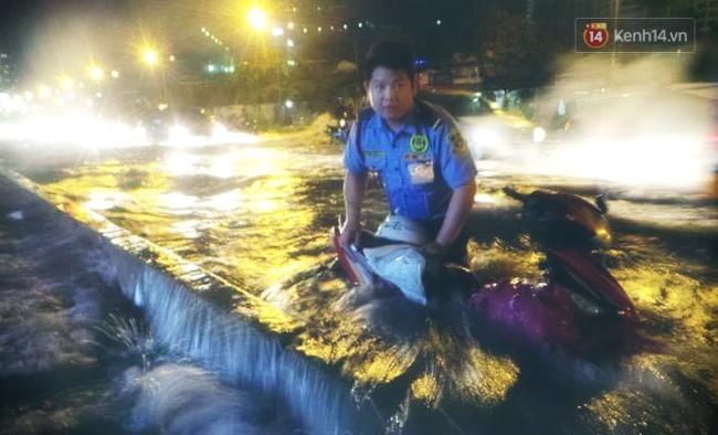 Những hình ảnh khó quên với người Sài Gòn trong trận mưa lịch sử ngày 26/9 - Ảnh 14.