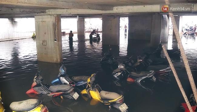 Những hình ảnh khó quên với người Sài Gòn trong trận mưa lịch sử ngày 26/9 - Ảnh 18.