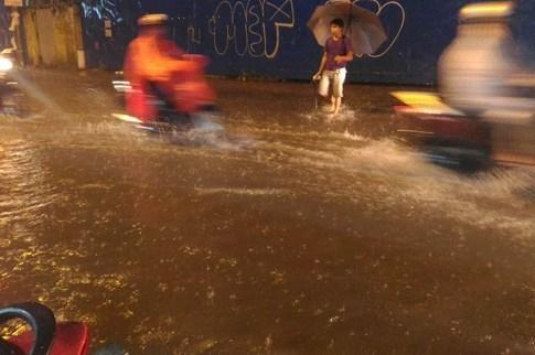 Sài Gòn lại đổ mưa tầm tã - ảnh 1