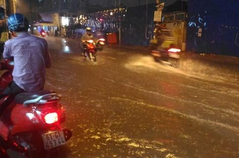 Sài Gòn lại đổ mưa tầm tã - ảnh 2