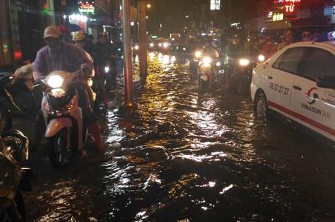 Sài Gòn lại đổ mưa tầm tã - ảnh 8