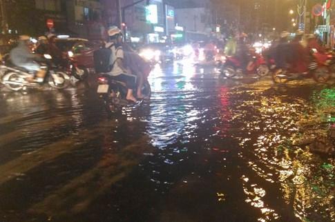 Sài Gòn lại đổ mưa tầm tã - ảnh 9