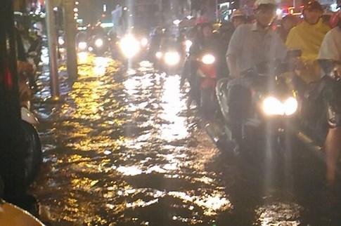 Sài Gòn lại đổ mưa tầm tã - ảnh 12