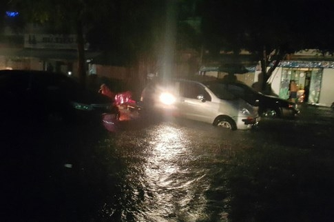 Sài Gòn lại đổ mưa tầm tã - ảnh 13