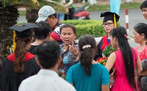 Sinh viên chụp ảnh dùm bạn ở lễ tốt nghiệp ĐH Cần Thơ bị rượt đánh - ảnh 4