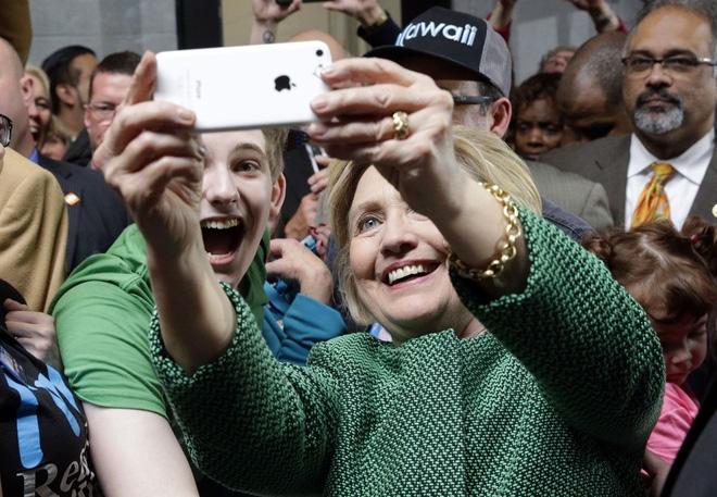 """Sự thật đằng sau bức ảnh """"cả thế giới quay lưng với bà Hillary Clinton"""" - Ảnh 1."""