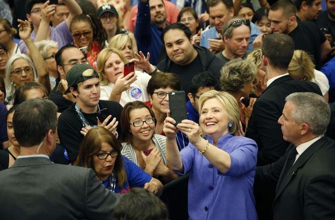"""Sự thật đằng sau bức ảnh """"cả thế giới quay lưng với bà Hillary Clinton"""" - Ảnh 2."""