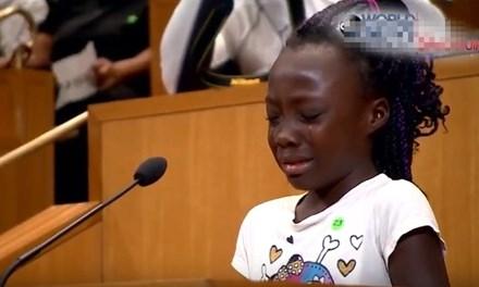 Bé Zianna Oliphant bật khóc khi phát biểu tại cuộc họp hội đồng thành phố Charlotte.