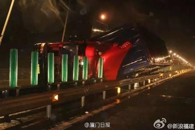 Bão Megi tàn phá Trung Quốc, thổi bay cả người, nhà, tủ lạnh... trên đường phố - Ảnh 4.