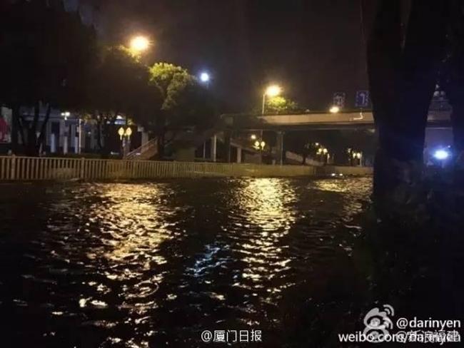 Bão Megi tàn phá Trung Quốc, thổi bay cả người, nhà, tủ lạnh... trên đường phố - Ảnh 5.
